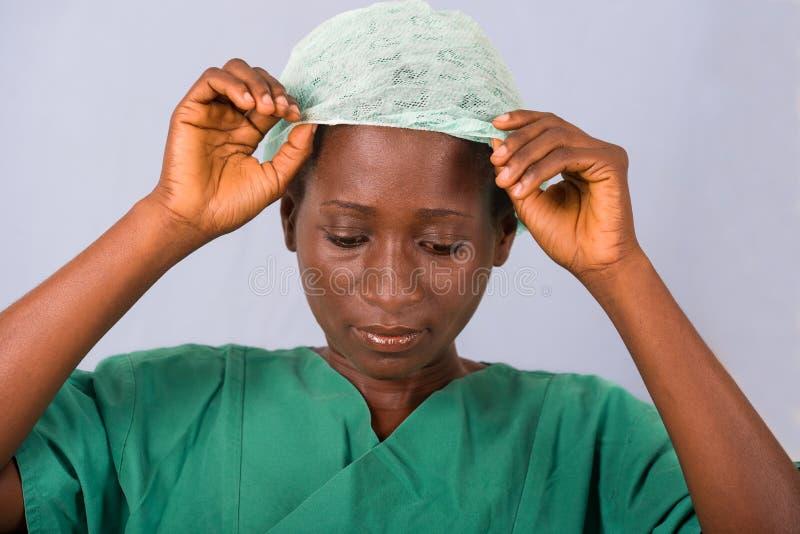 Πορτρέτο ενός νέου θηλυκού γιατρού σε ένα μπλε υπόβαθρο στοκ εικόνα με δικαίωμα ελεύθερης χρήσης