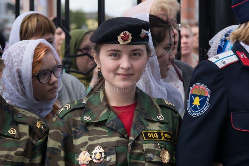 Πορτρέτο ενός νέου κοριτσιού μαθητών στρατιωτικής σχολής σε ένα κορδόνι στοκ εικόνες