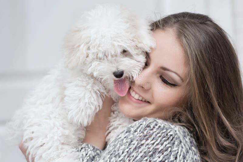 Πορτρέτο ενός νέου κοριτσιού με ένα σκυλί στοκ φωτογραφίες με δικαίωμα ελεύθερης χρήσης
