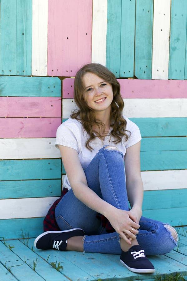 Πορτρέτο ενός νέου κοριτσιού με ένα χαμόγελο στοκ εικόνα