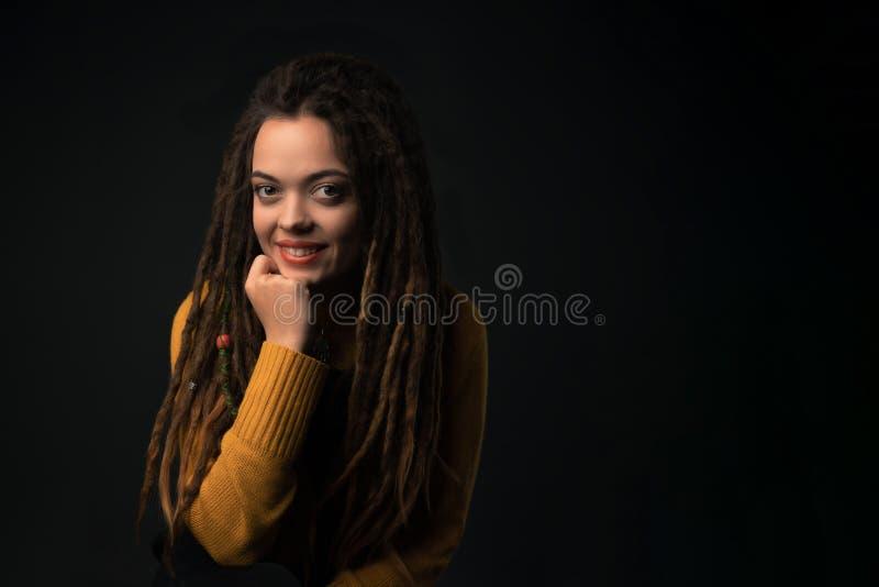 Πορτρέτο ενός νέου κοριτσιού με τους φόβους στο μαύρο υπόβαθρο στοκ φωτογραφία με δικαίωμα ελεύθερης χρήσης