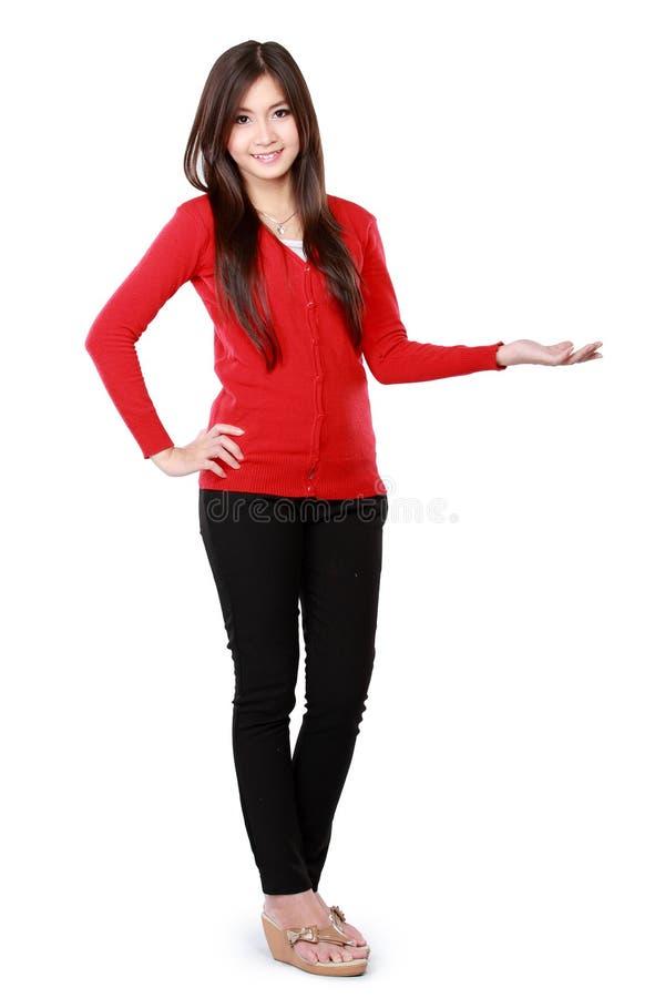 Πορτρέτο ενός νέου κοριτσιού που παρουσιάζει κενή περιοχή στοκ φωτογραφία με δικαίωμα ελεύθερης χρήσης