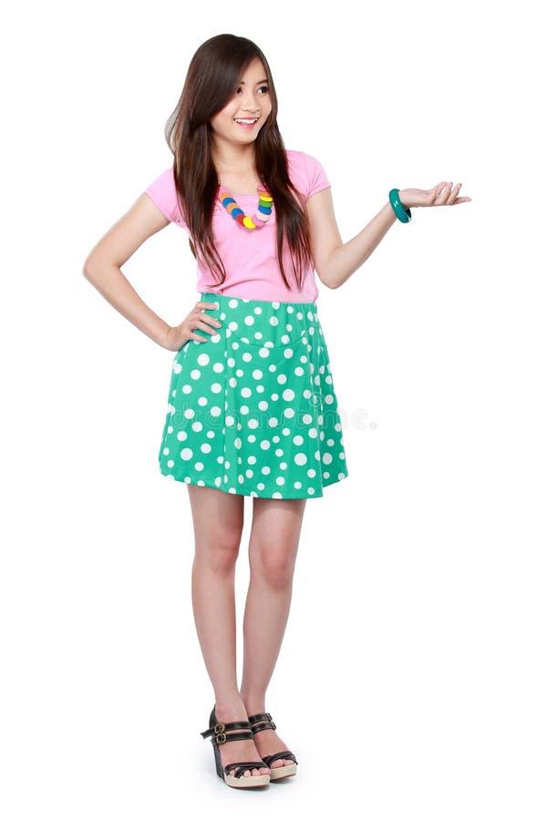 Πορτρέτο ενός νέου κοριτσιού που παρουσιάζει κενή περιοχή στοκ εικόνα