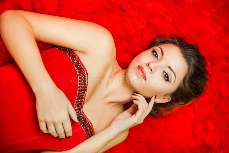 Πορτρέτο ενός νέου κοριτσιού σε ένα κόκκινο φόρεμα στοκ εικόνες με δικαίωμα ελεύθερης χρήσης