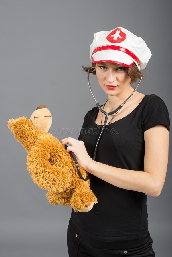 Πορτρέτο ενός νέου κοριτσιού υπαίθρια στοκ εικόνα