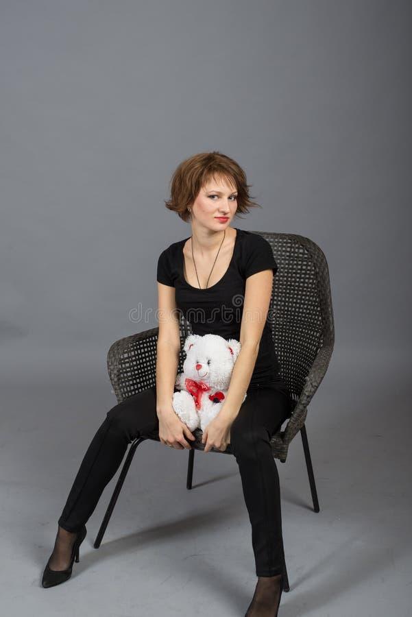Πορτρέτο ενός νέου κοριτσιού υπαίθρια στοκ φωτογραφία με δικαίωμα ελεύθερης χρήσης