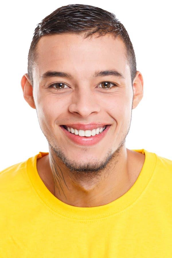 Πορτρέτο ενός νέου λατινικού ατόμου τους ευτυχείς ανθρώπους που απομονώνονται που χαμογελά στο λευκό στοκ εικόνες