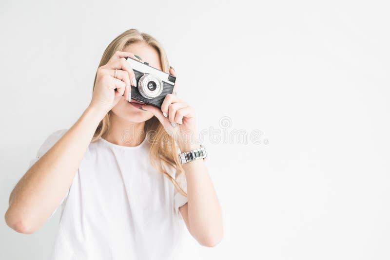 Πορτρέτο ενός νέου μοντέρνου ξανθού κοριτσιού χρησιμοποιώντας και παίρνοντας τις εικόνες σε μια παλαιά εκλεκτής ποιότητας κάμερα  στοκ φωτογραφίες με δικαίωμα ελεύθερης χρήσης