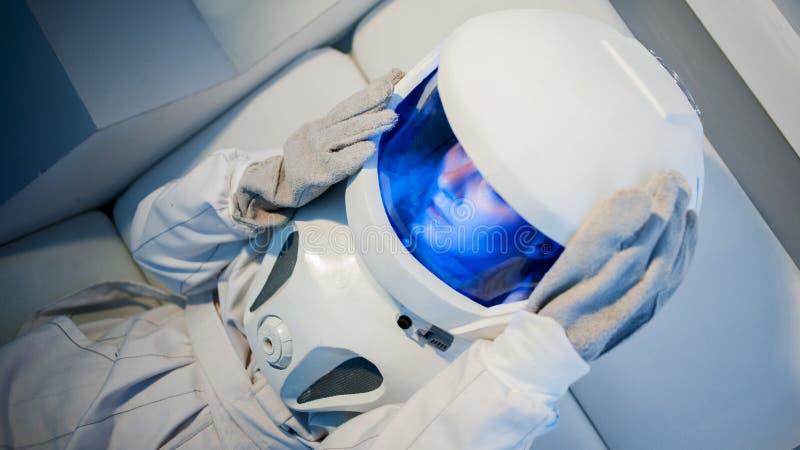 Πορτρέτο ενός νέου όμορφου αστροναύτη γυναικών, κινηματογράφηση σε πρώτο πλάνο στοκ εικόνα