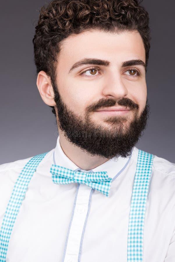Πορτρέτο ενός νέου όμορφου ατόμου στο δεσμό τόξων Μοντέρνη εμφάνιση, γενειάδα και mustache στοκ φωτογραφίες