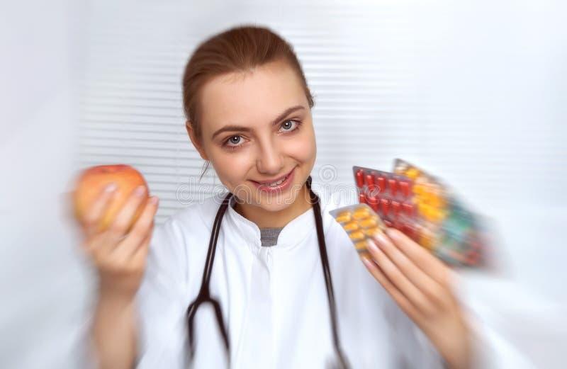Πορτρέτο ενός νέου όμορφου θηλυκού γιατρού στο άσπρο παλτό holdin στοκ φωτογραφίες με δικαίωμα ελεύθερης χρήσης
