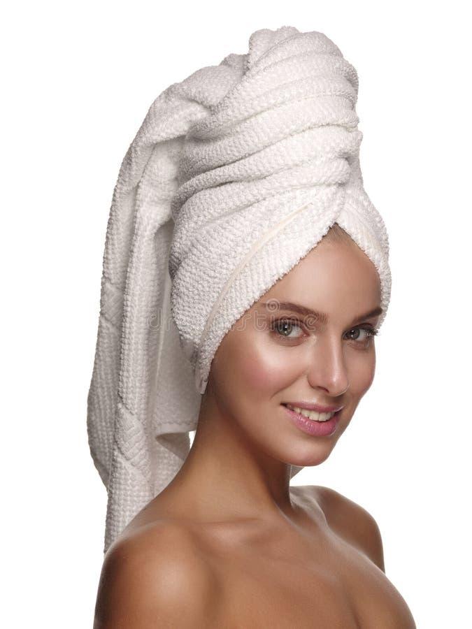 Πορτρέτο ενός νέου όμορφου και γοητευτικού χαμογελώντας κοριτσιού μετά από το ντους με μια πετσέτα στο κεφάλι της στοκ εικόνες