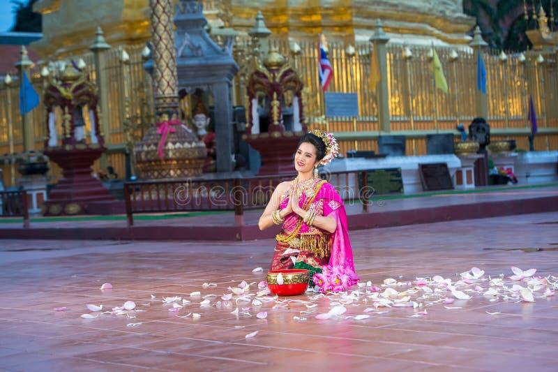 Πορτρέτο ενός νέου όμορφου ταϊλανδικού χορευτή στοκ εικόνα