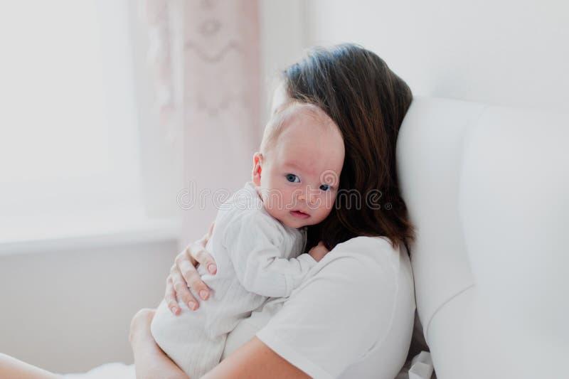 Πορτρέτο ενός νεογέννητου στα όπλα μητέρων του ` s στην κρεβατοκάμαρά της στοκ φωτογραφίες με δικαίωμα ελεύθερης χρήσης