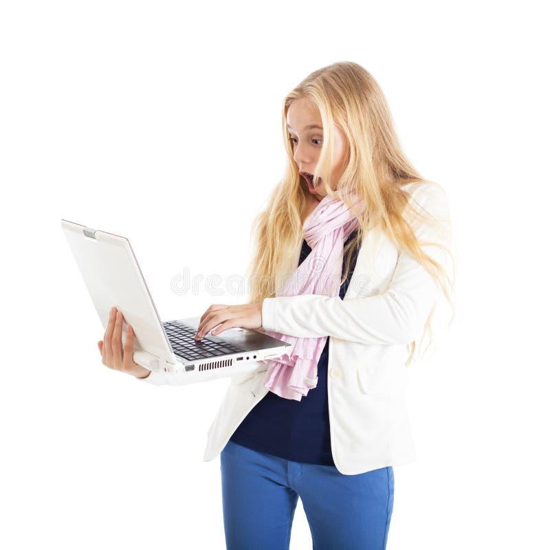 Πορτρέτο ενός ξανθού κοριτσιού με ένα άσπρο lap-top. Εκπληκτικό πρόσωπο. στοκ φωτογραφία