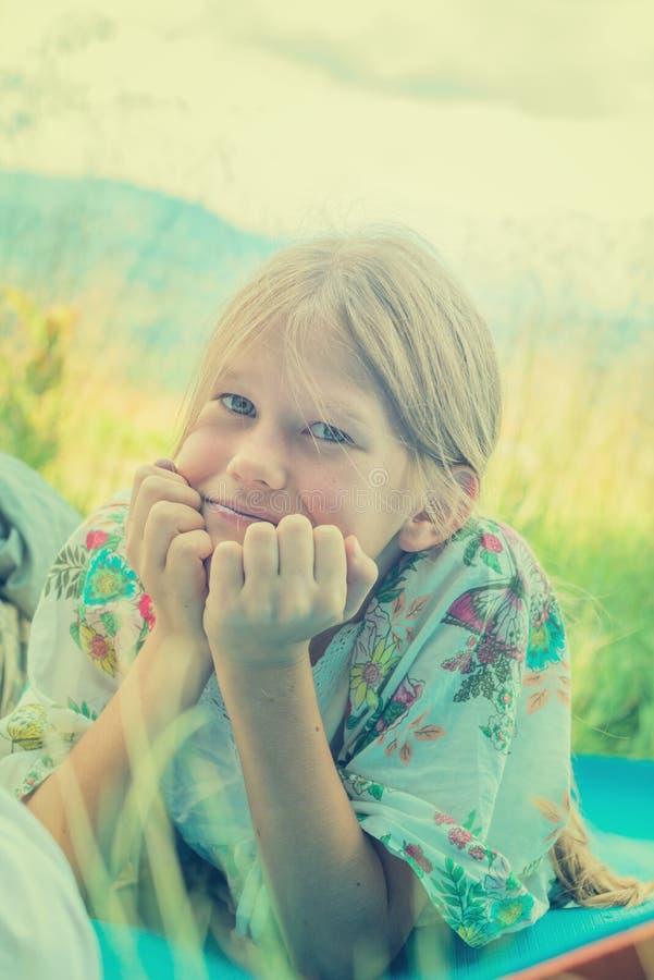 Πορτρέτο ενός ονειρεμένος κοριτσιού στοκ εικόνες