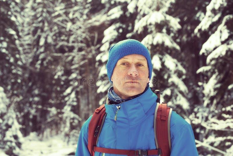 Πορτρέτο ενός ονειρεμένος ταξιδιώτη το χειμώνα στοκ εικόνες με δικαίωμα ελεύθερης χρήσης