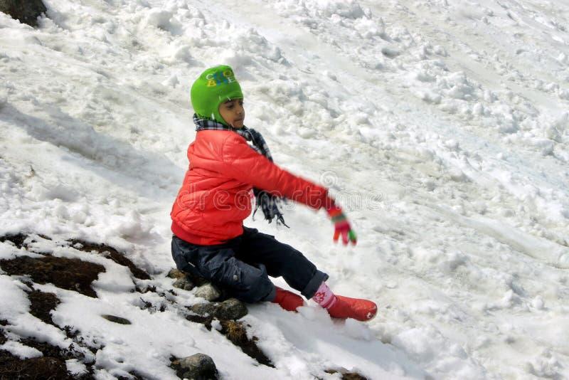 Πορτρέτο ενός παιδιού στην κοιλάδα βουνών χιονιού στοκ εικόνες με δικαίωμα ελεύθερης χρήσης