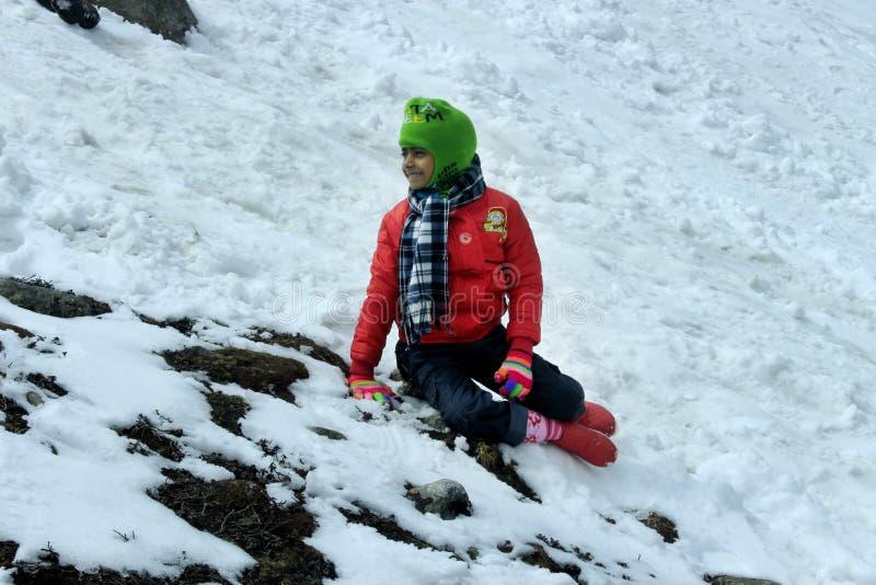 Πορτρέτο ενός παιδιού στην κοιλάδα βουνών χιονιού στοκ εικόνες