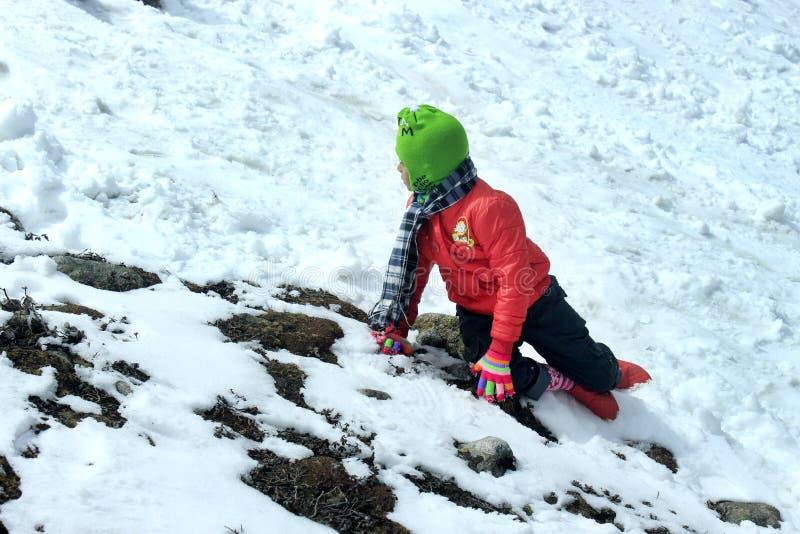 Πορτρέτο ενός παιδιού στην κοιλάδα βουνών χιονιού στοκ φωτογραφία με δικαίωμα ελεύθερης χρήσης