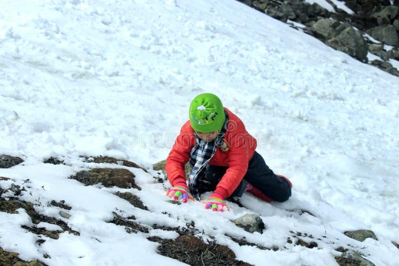 Πορτρέτο ενός παιδιού στην κοιλάδα βουνών χιονιού στοκ φωτογραφίες