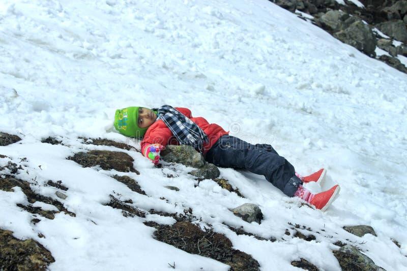 Πορτρέτο ενός παιδιού στην κοιλάδα βουνών χιονιού στοκ φωτογραφία