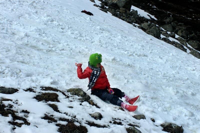 Πορτρέτο ενός παιδιού στην κοιλάδα βουνών χιονιού στοκ εικόνα με δικαίωμα ελεύθερης χρήσης
