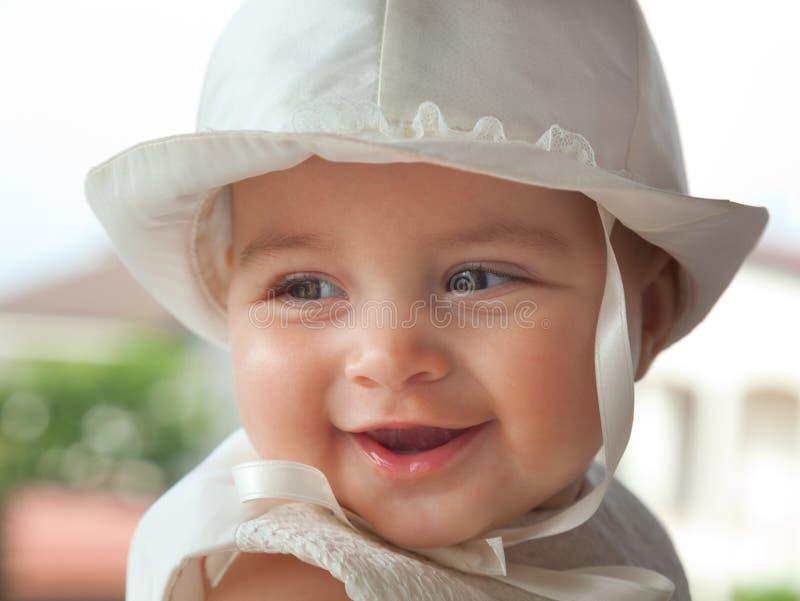 Πορτρέτο ενός παιδιού μερικοί μήνες την ημέρα του βαπτίσματός της στοκ εικόνα με δικαίωμα ελεύθερης χρήσης