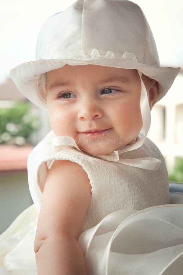 Πορτρέτο ενός παιδιού μερικοί μήνες την ημέρα του βαπτίσματός της στοκ φωτογραφία