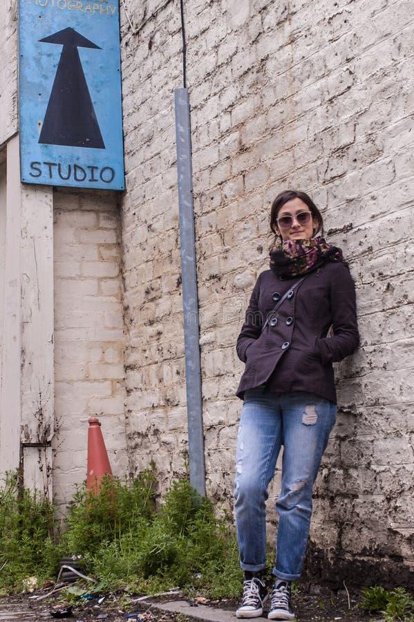 Πορτρέτο ενός προτύπου που φορά τα γυαλιά ηλίου, μαντίλι, μεμβρανοειδές παντελόνι στοκ φωτογραφία με δικαίωμα ελεύθερης χρήσης