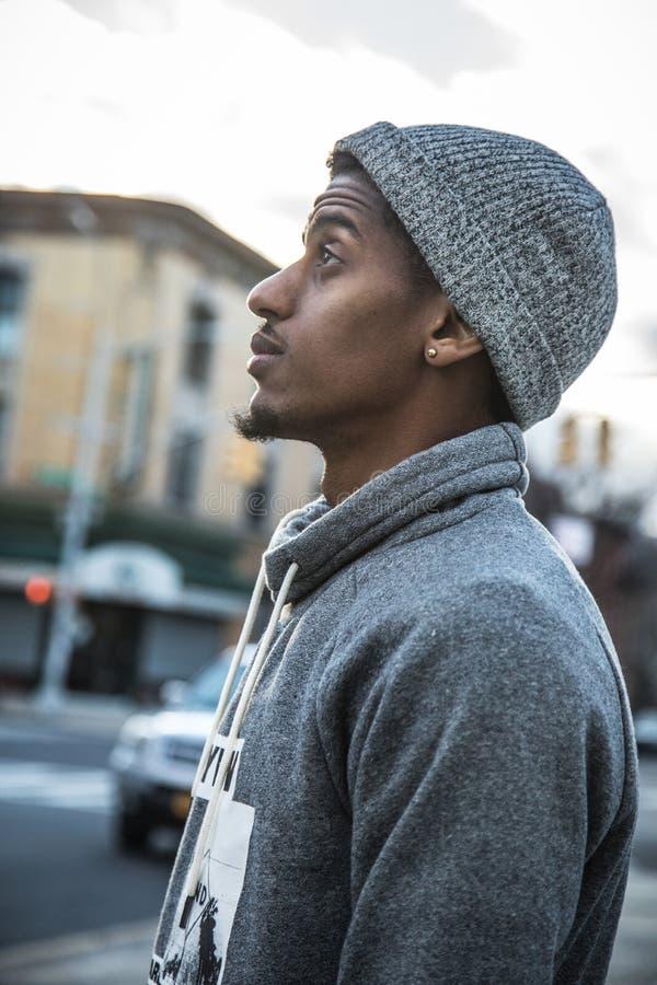 Πορτρέτο ενός σκεπτικού, νέου μαύρου στην πόλη - NYC στοκ εικόνα με δικαίωμα ελεύθερης χρήσης