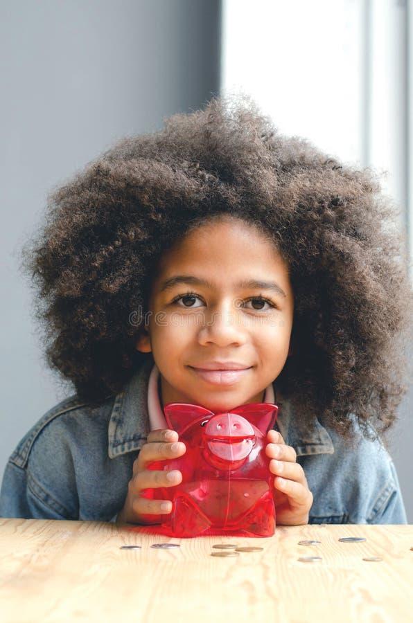 Πορτρέτο ενός σκοτεινός-ξεφλουδισμένου κοριτσιού με το piggy χοίρο στοκ εικόνες με δικαίωμα ελεύθερης χρήσης