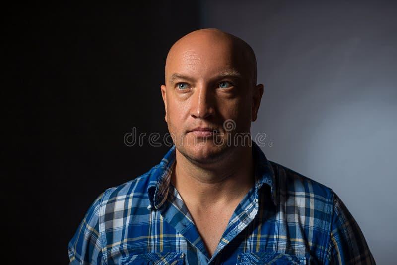 Πορτρέτο ενός σοβαρού ατόμου σε ένα πουκάμισο στοκ φωτογραφίες
