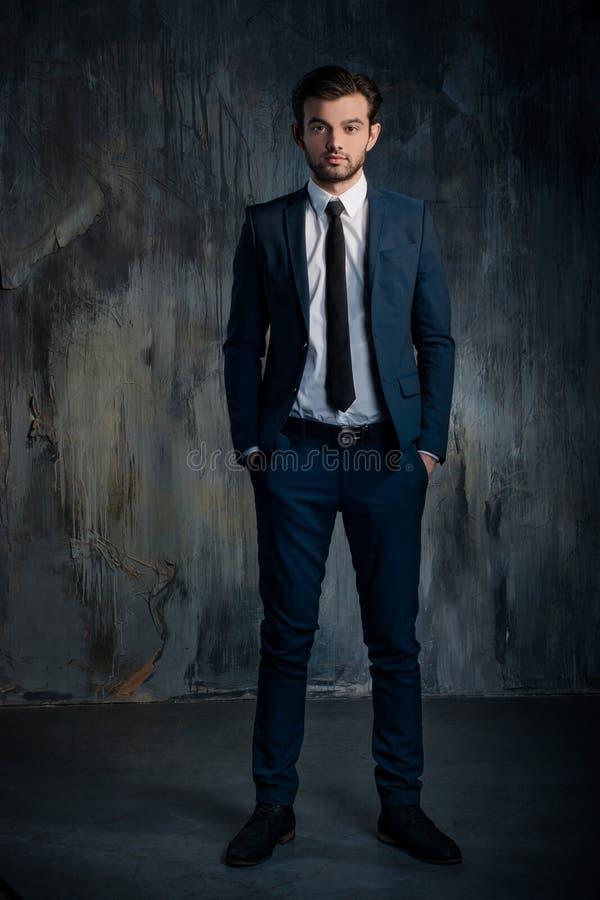 Πορτρέτο ενός σοβαρού επιχειρηματία στο μπλε κοστούμι στοκ φωτογραφία με δικαίωμα ελεύθερης χρήσης