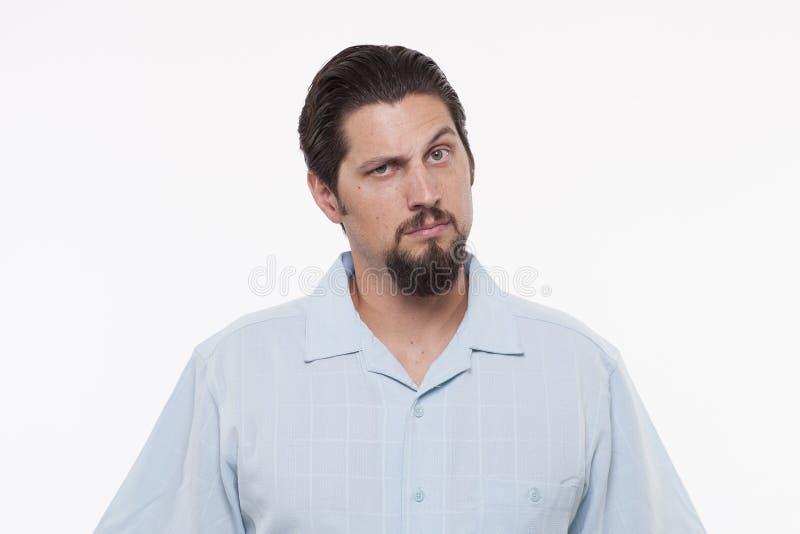 Πορτρέτο ενός σοβαρού νεαρού άνδρα με τα αυξημένα φρύδια στοκ φωτογραφίες με δικαίωμα ελεύθερης χρήσης
