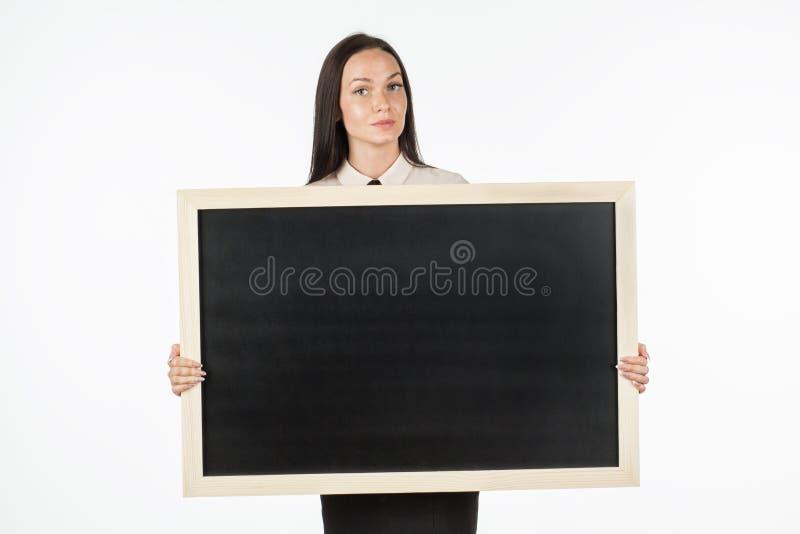 Πορτρέτο ενός σπουδαστή, κορίτσι, που κρατά έναν κενό πίνακα διαφημίσεων στοκ εικόνες με δικαίωμα ελεύθερης χρήσης