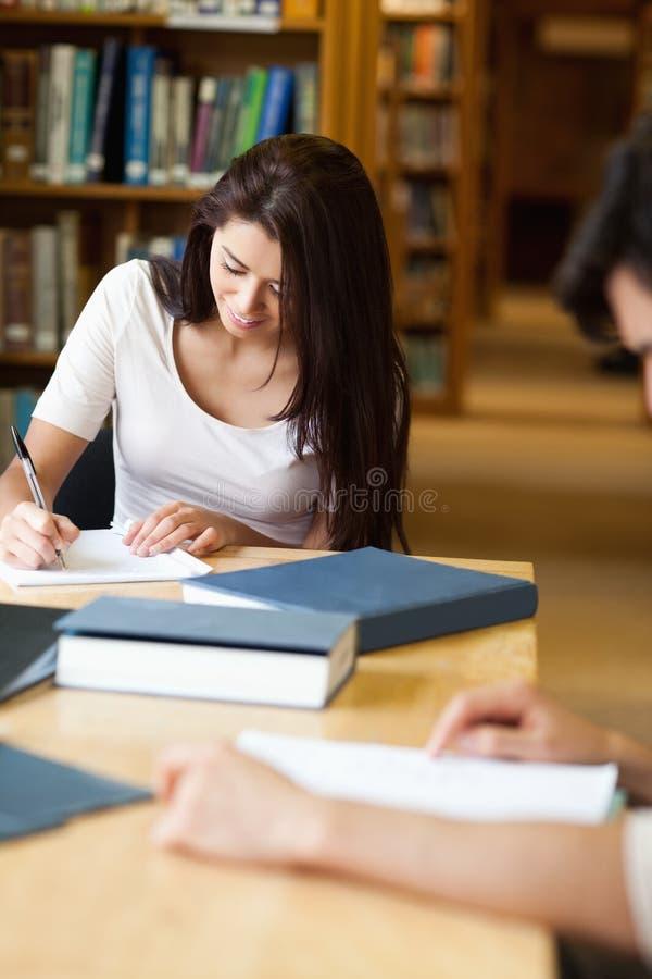 Πορτρέτο ενός σπουδαστή που γράφει ένα έγγραφο στοκ εικόνες