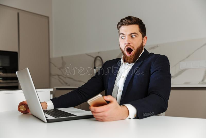 Πορτρέτο ενός συγκλονισμένου νέου επιχειρηματία που ντύνεται στο κοστούμι στοκ φωτογραφία με δικαίωμα ελεύθερης χρήσης