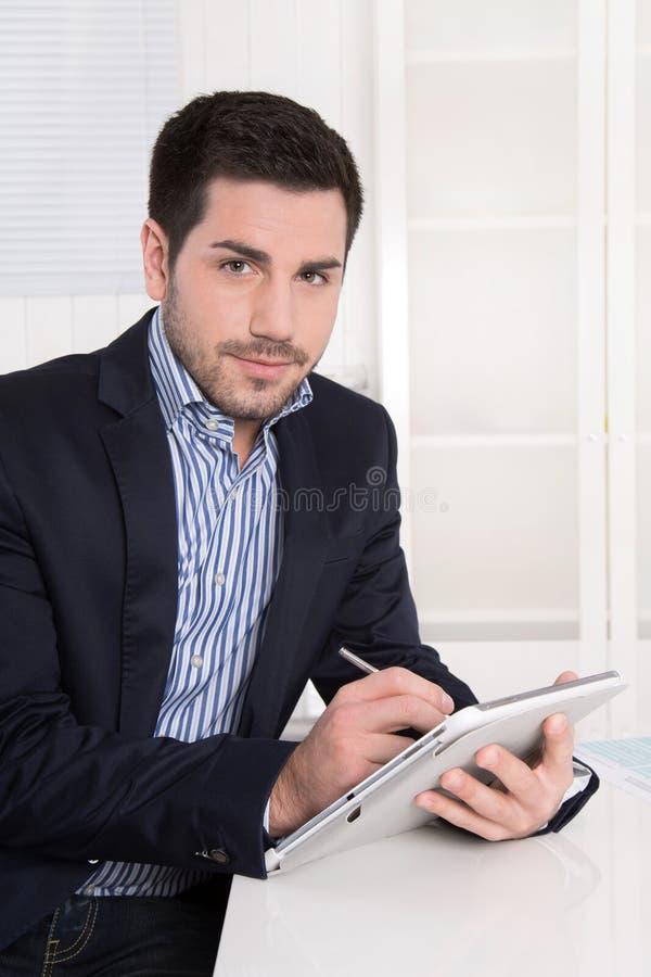 Πορτρέτο ενός σύγχρονου επιτυχούς νέου επιχειρηματία με το ταμπλέτα-PC. στοκ φωτογραφία με δικαίωμα ελεύθερης χρήσης