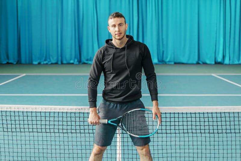Πορτρέτο ενός τενίστα ο αθλητής κρατά τη ρακέτα στο δικαστήριο στοκ εικόνες με δικαίωμα ελεύθερης χρήσης