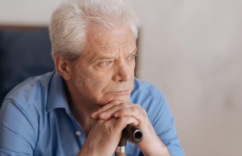 Πορτρέτο ενός λυπημένου ανώτερου ατόμου που σκέφτεται για το παρελθόν του στοκ φωτογραφίες