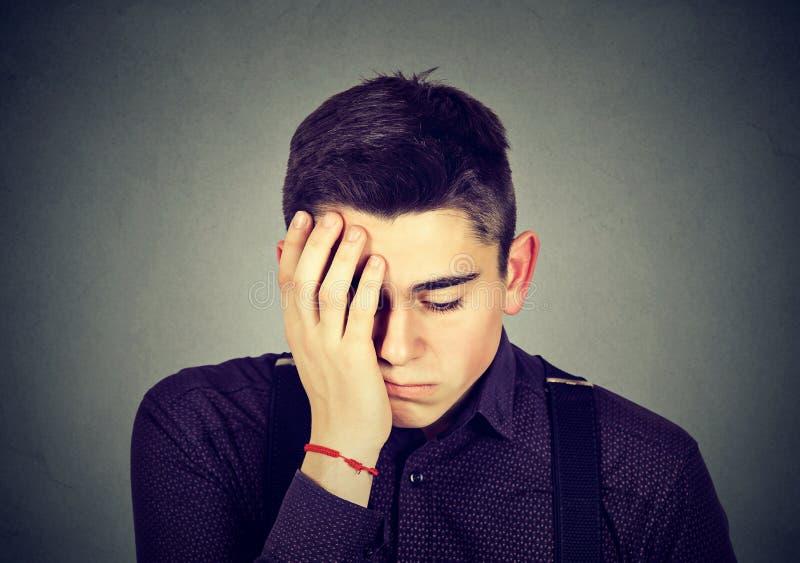 Πορτρέτο ενός λυπημένου ατόμου που κοιτάζει κάτω στοκ εικόνες