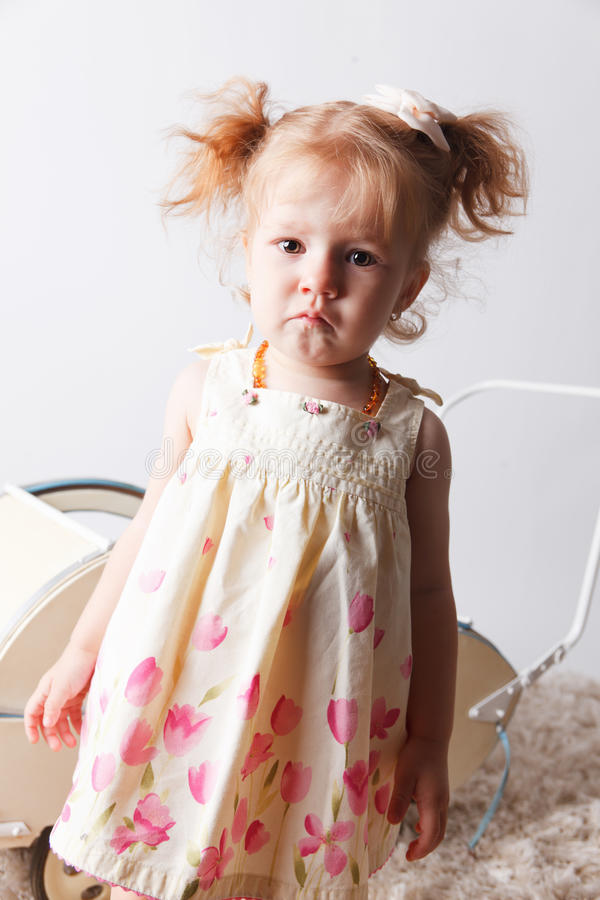 Πορτρέτο ενός λυπημένου κοριτσάκι στοκ φωτογραφίες