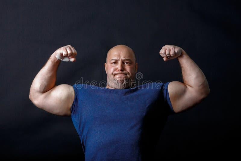Πορτρέτο ενός φαλακρού ισχυρού με σκούρο μπλουζάκι στοκ εικόνα