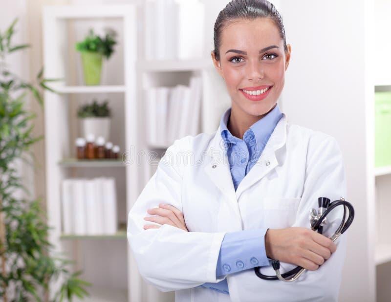 Πορτρέτο ενός φιλικού χαμογελώντας θηλυκού γιατρού στοκ εικόνα με δικαίωμα ελεύθερης χρήσης