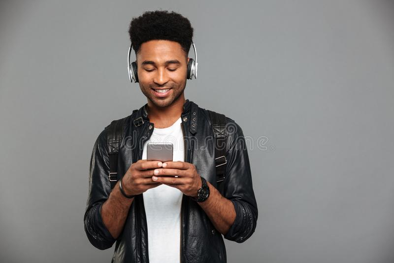 Πορτρέτο ενός χαμογελώντας νέου αμερικανικού ατόμου afro στοκ εικόνες