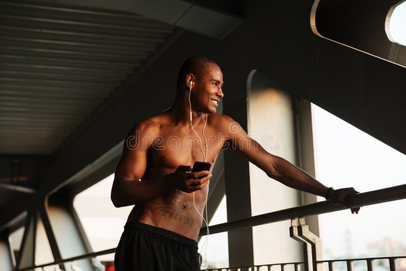 Πορτρέτο ενός χαμογελώντας νέου ημίγυμνου αφρικανικού αθλητικού τύπου στοκ εικόνα με δικαίωμα ελεύθερης χρήσης
