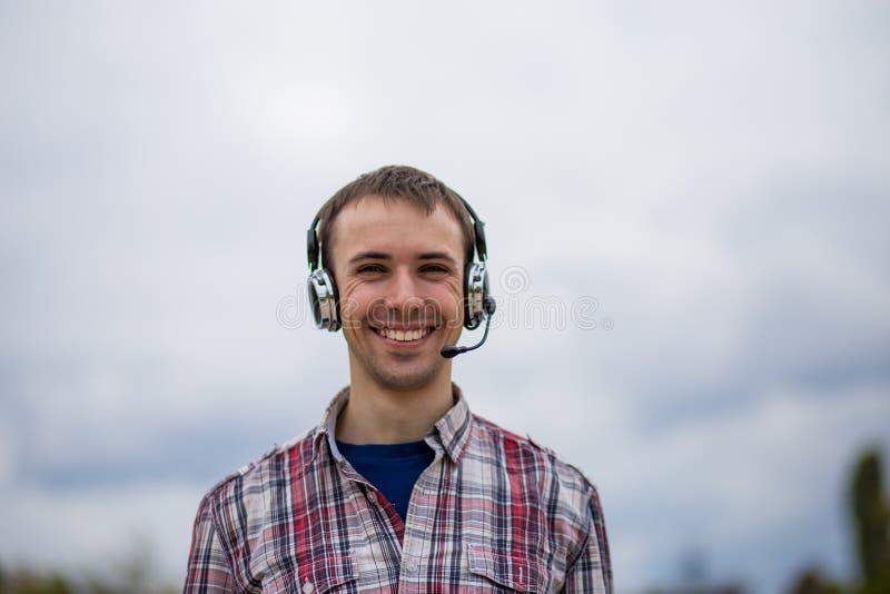 Πορτρέτο ενός χαμογελώντας χειριστή εξυπηρέτησης πελατών που φορά μια κάσκα στοκ εικόνες