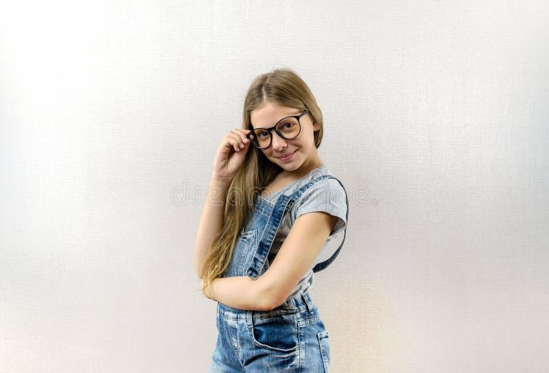 Πορτρέτο ενός χαμογελώντας όμορφου νέου κοριτσιού με τα γυαλιά Έξυπνο παιδί nerdy στοκ φωτογραφία με δικαίωμα ελεύθερης χρήσης