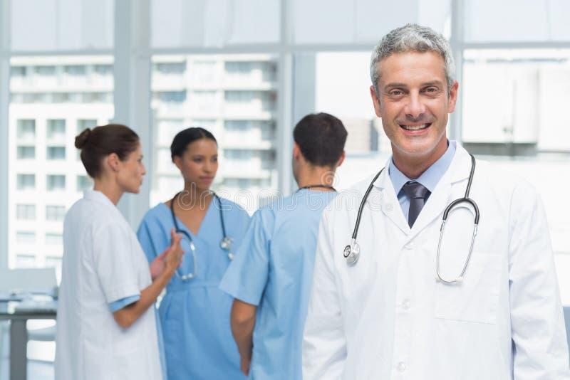 Πορτρέτο ενός χαμογελώντας βέβαιου αρσενικού γιατρού στοκ φωτογραφία με δικαίωμα ελεύθερης χρήσης
